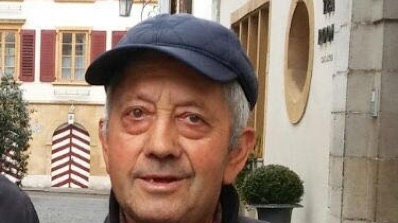 L'homme souffre de la maladie d'Alzheimer.
