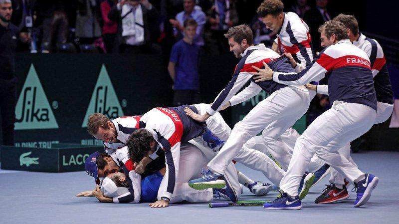 L'équipe de France célèbre sa victoire après 16 ans d'attente.