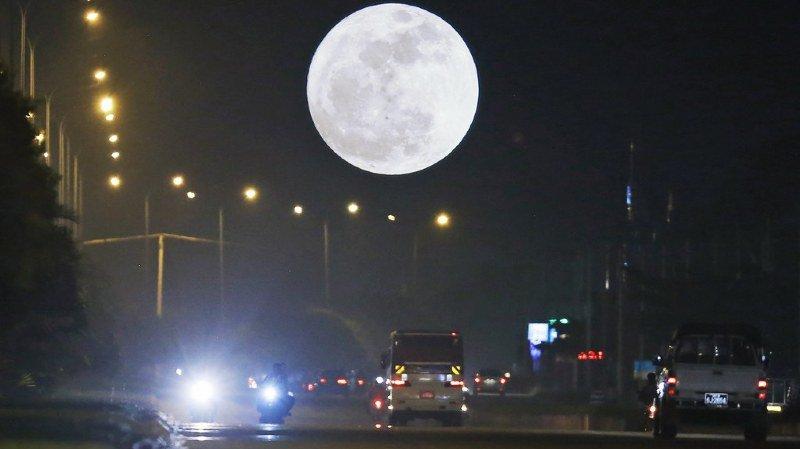 """La """"Super Lune"""" a déjà brillé dans le ciel asiatique."""