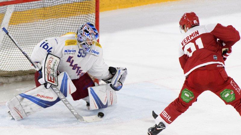 Joël Vermin bat le gardien de Kloten Dennis Saikkonen pour le 3-0.