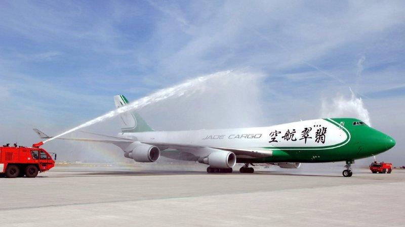 Avant de faire faillite, les Boeing 747 de  la compagnie aérienne de fret chinoise Jade Cargo International reliaient notamment Shenzhen (en Chine) à Leipzig/Halle, en Allemagne.