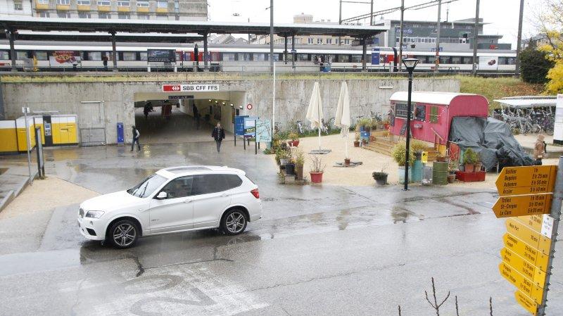 Derrière la gare de Nyon, l'arrêt des voitures, même momentané, est réglementé. Il faut ainsi tenir compte des marquages et des signaux spécifiques.