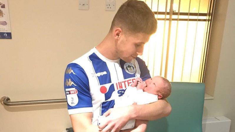 Football: Ryan Colclough, joueur de Wigan, marque 2 buts et file à la maternité pour assister à la naissance de son fils