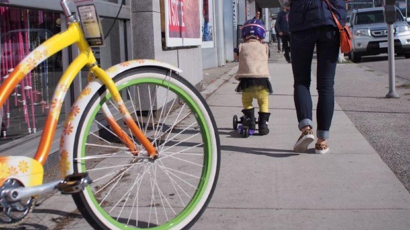 Les jeunes enfants à vélo pourraient bientôt rouler sur le trottoir