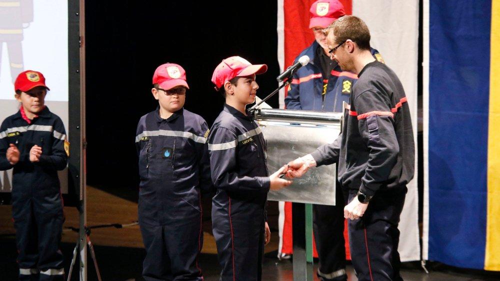 La relève sur scène: Cyril Cotting, Loucas Pagot et Luca Vidal Calvo, qui reçoit sa flamme 1 des mains du caporal Christophe Beaugrand.