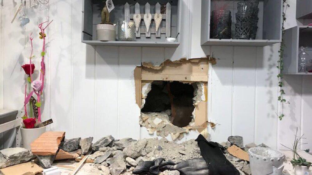Drôle de surprise pour la gérante de Brin de folie. Des malfrats qui visaient la bijouterie ont tenté de l'atteindre en creusant dans le mur.