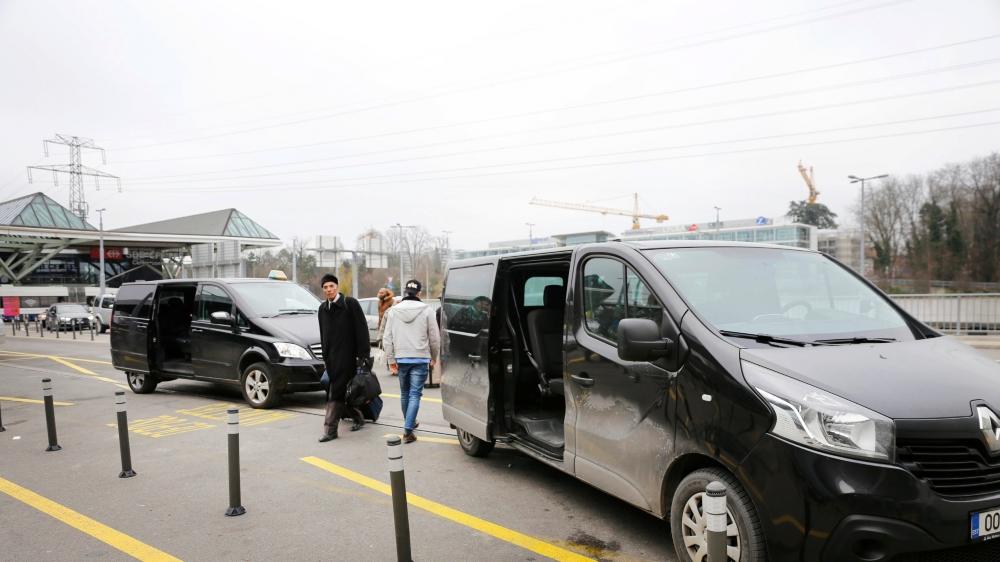 Un véhicule aux plaques estoniennes attend des passagers devant l'aéroport de Genève, en toute illégalité.