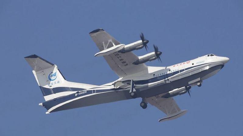 """Surnommé """"Kunlong"""" selon l'agence officielle Chine nouvelle, l'AG600 est doté de quatre turbopropulseurs et est censé pouvoir rester 12 heures dans les airs."""