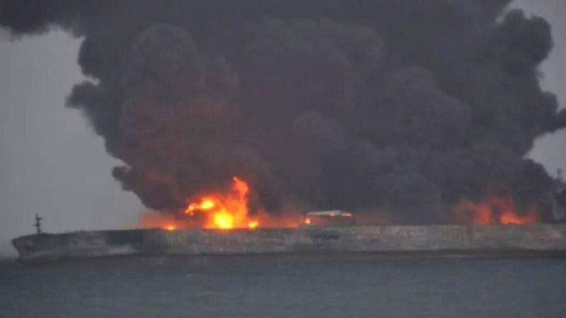 """Suite à la collision, le tanker a entièrement pris feu"""" et son équipage de 32 personnes, comptant 30 Iraniens et deux Bangladais, était porté disparu dimanche."""