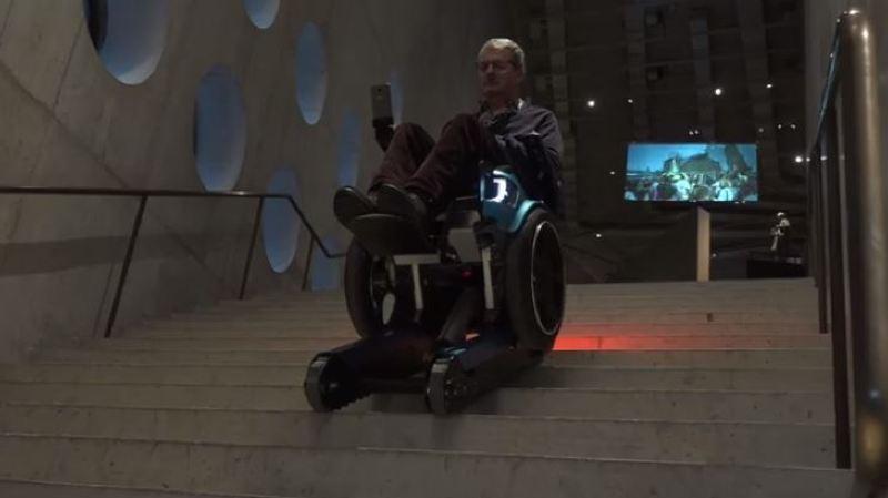 Innovation un fauteuil roulant qui monte et descend les for Bureau qui monte et descend