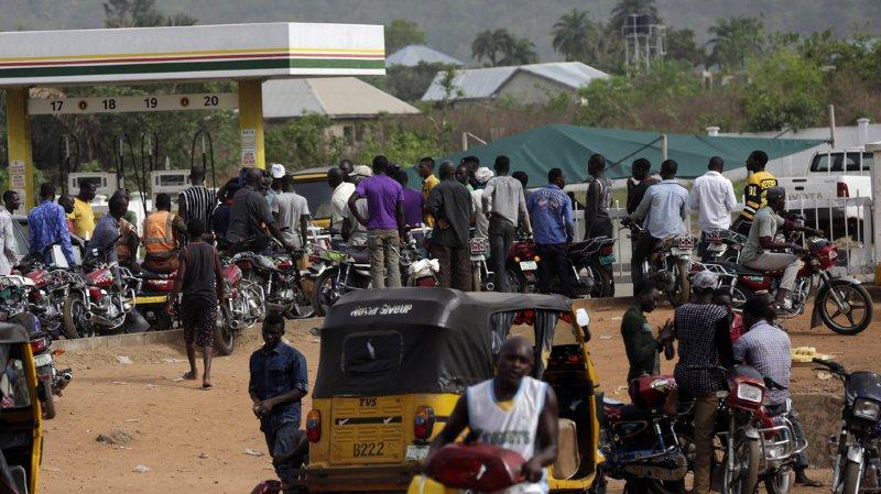 Le directeur générale de la NNPC accusé les vendeurs d'essence au marché noir de paralyser volontairement les stations-service pour faire monter les prix de vente parallèle.