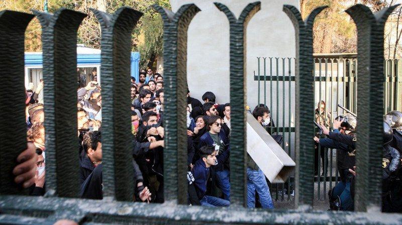 Des étudiants iraniens affrontent la police anti-émeute près de l'Université de Téhéran.