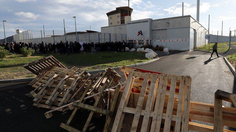 Des dizaines de prisons à nouveau bloquées par les gardiens en France