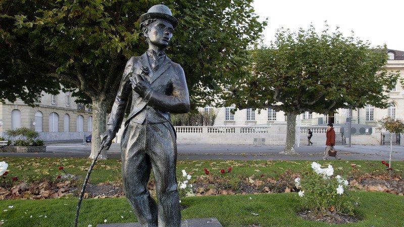 Au bord du lac Léman, sur les quais de Vevey, une statue de Chaplin rappelle que l'artiste a vécu 25 ans au manoir de Ban.