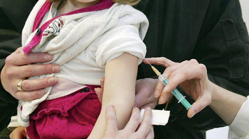 L'élimination de la rougeole passe par la vaccination avec deux doses d'au moins 95% des enfants et des adultes nés après 1963.