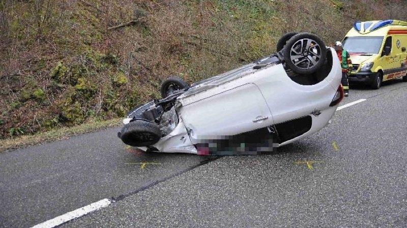 Le véhicule s'est retourné après avoir touché le garde-fou d'un pont.