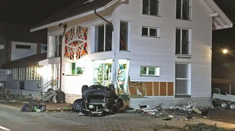 berne un jeune conducteur parque sa voiture sur le toit contre une maison. Black Bedroom Furniture Sets. Home Design Ideas