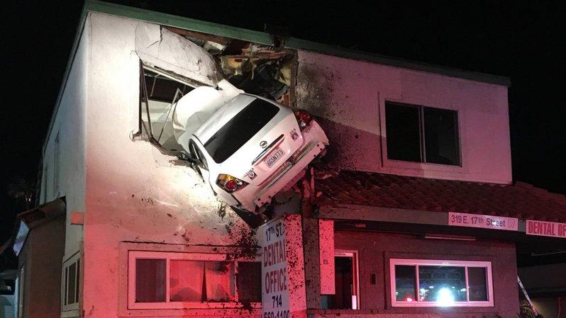 Etats-Unis : une voiture décolle et s'encastre au premier étage d'un immeuble