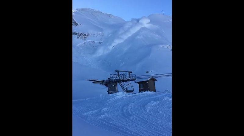 La coulée de neige poudreuse, provoquée à l'aide d'explosifs, se mue rapidement en gigantesque avalanche.