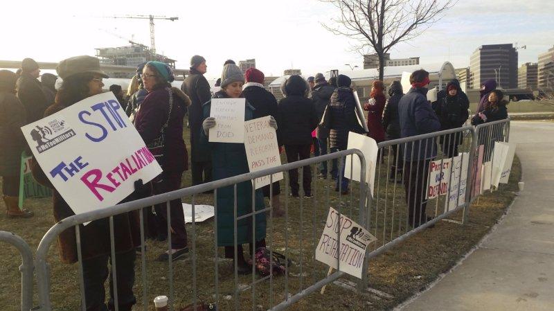 """""""Me too"""": des femmes militaires manifestent devant le Pentagone"""