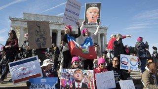Des milliers de manifestants contre Donald Trump, une année après son investiture.