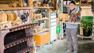 Lavigny: Henri-Georges Perrin fabrique des petits chars en bois tirés par des chevaux