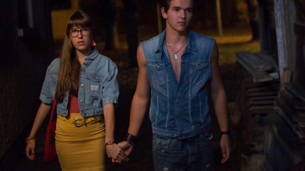 Mickael Ammann joue Mica, 14 ans, le petit frère de la victime Mathieu, ici avec sa petite amie dans le film. Mica est un des rares personnages dans le film qui a un regard lucide sur le drame.