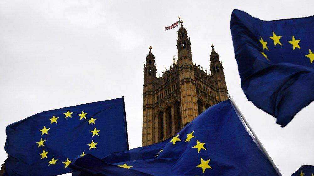 Des manifestants pro-européens ont manifesté devant le Parlement, hier à Londres, tandis que débute le 2e round des négociations.