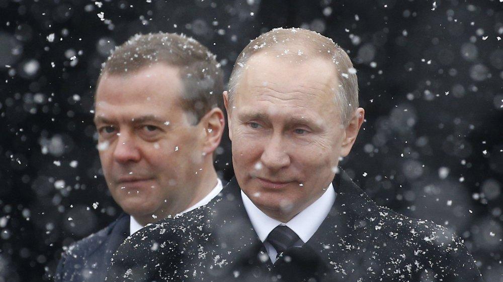 Dmitri Medvedev (en arrière-plan, derrière Vladimir Poutine) figure sur la liste publiée hier par Washington. Quant au président russe, il s'est dit «vexé» de ne pas y trouver son nom...