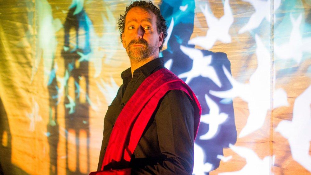 Grâce à un jeu d'ombres et de lumières, Francesco Biamonte apporte une «poésie visuelle» à son spectacle «Les villes invisibles», pièce qu'il joue à Rolle.