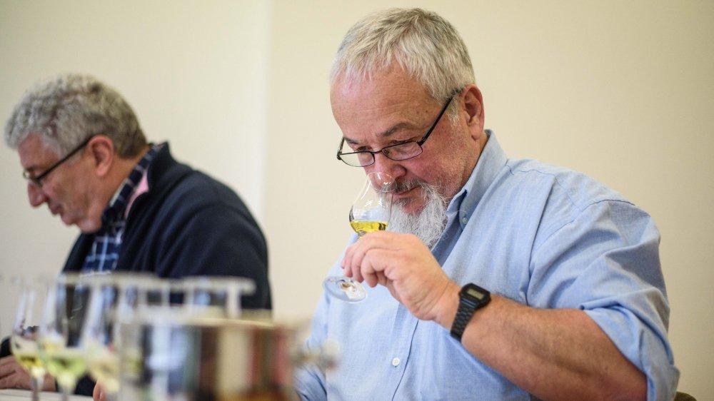Expert en spiritueux, Olivier Sauvet (à droite) sait bien qu'il faut travailler avec son nez pour une dégustation avisée, surtout quand on doit départager des centaines de produits distillés.