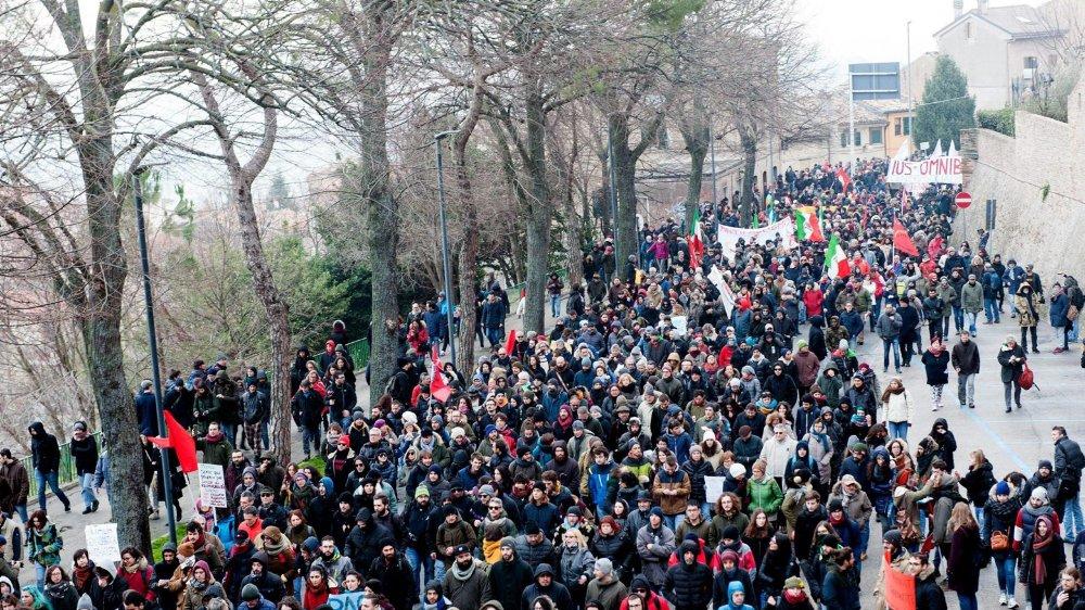 Des milliers de manifestants ont défilé contre le fascisme, samedi, à Macerata.
