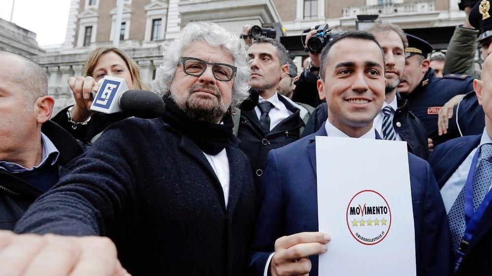 La nouvelle figure du Mouvement 5 étoiles, Luigi Di Maio (à dr.), en compagnie du chef historique du mouvement populiste, Beppe Grillo.