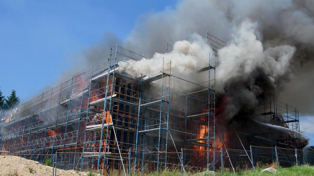 Le feu s'était répandu rapidement entre les deux couches de charpente. L'ensemble du bâtiment en chantier s'est embrasé, entraînant une lutte de huit heures des pompiers contre cet incendie.
