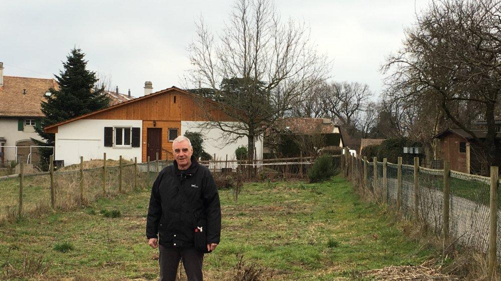 Le syndic Bernard Rochat pose sur la parcelle encore en friche où seront aménagés ce printemps des jardins familiaux individuels.