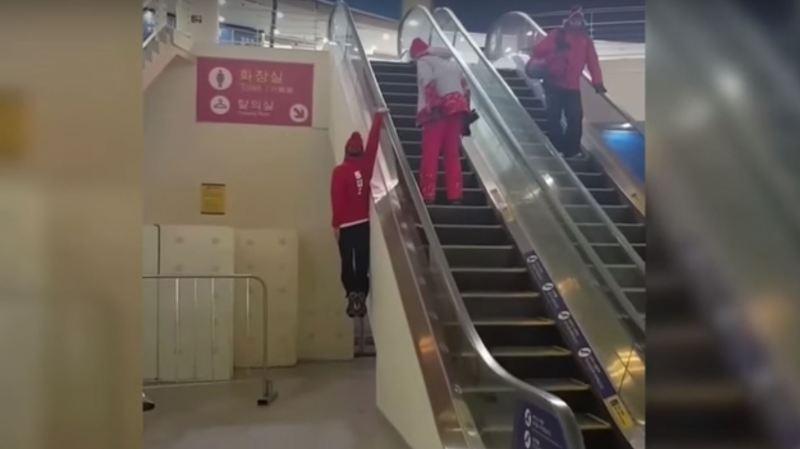 Fabian Bösch a une manière surprenante de prendre un escalator.