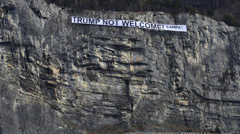 La bannière géante a été déployée par 7 grimpeurs sur une falaise de Sargans, dans le canton de St-Gall.