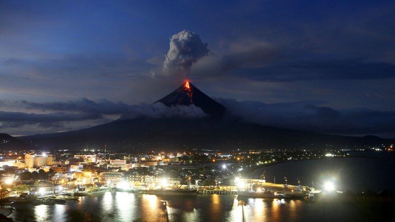 """Les cendres volcaniques, les roches et l'eau de pluie pourraient former d'énormes et rapides coulées boueuses, nommées """"lahars"""", susceptibles d'emporter des villages entiers."""