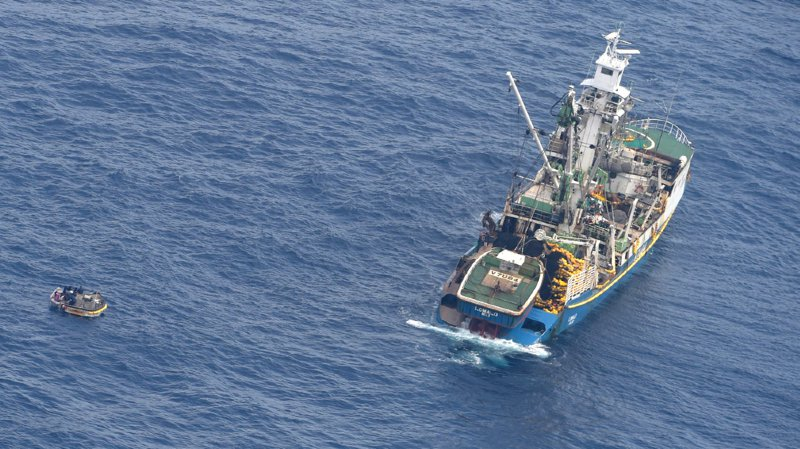 Le canot de cinq mètres est vraisemblablement un des deux qui équipaient le ferry MV Butiraoi, a précisé John Ashby, du Centre néo-zélandais de coordination des sauvetages.