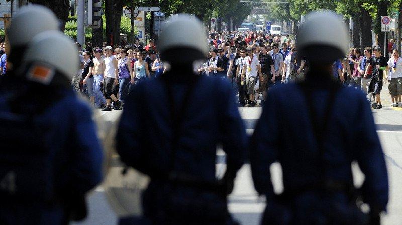 Zurich: deux policiers roués de coups par des hooligans en pleine ville