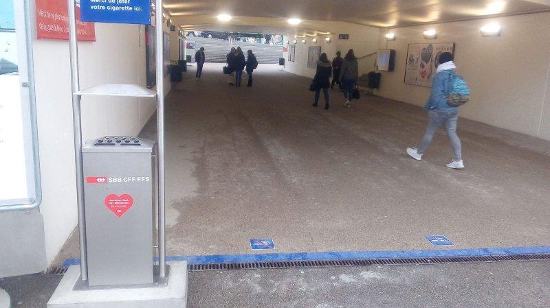 Après le premier jour du test, la gare sans fumée divise les usagers