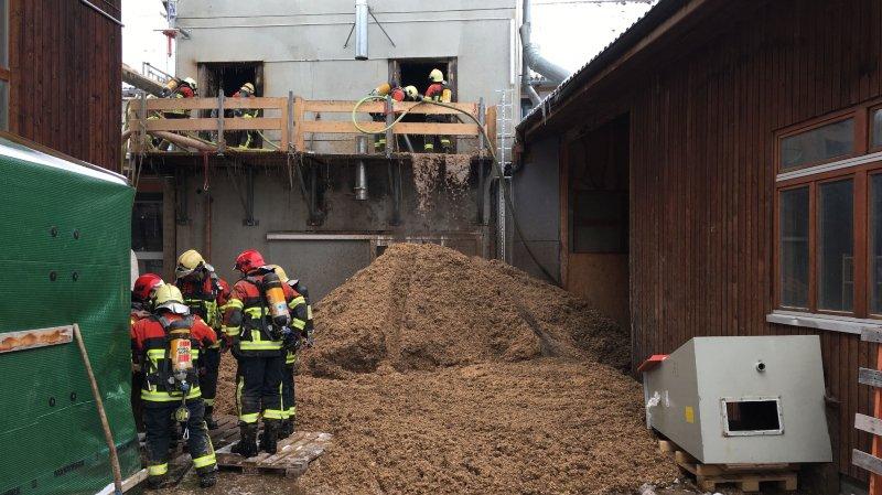 Les hommes du feu de plusieurs communes sont mobilisés, de même que les pompiers professionnels de Berne et de Bienne. Les raisons de l'incendie ne sont pas connues.