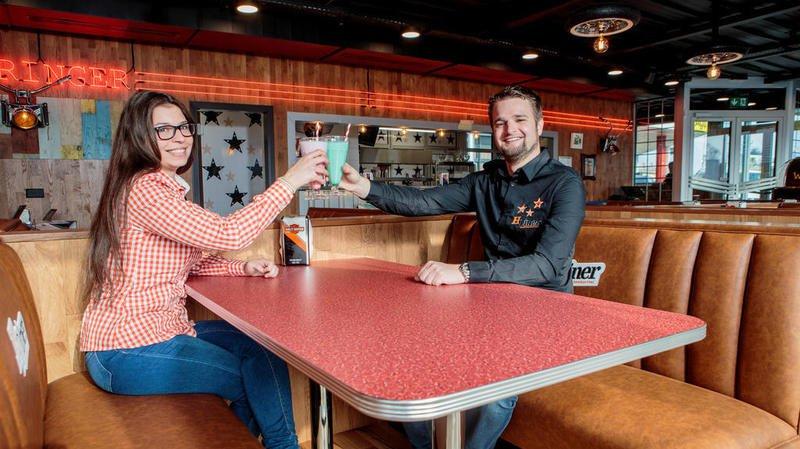 Vincent Mossaz, gérant et Julie Reichenbach, assistante du gérant, dans le restaurant Hdiner à Morges