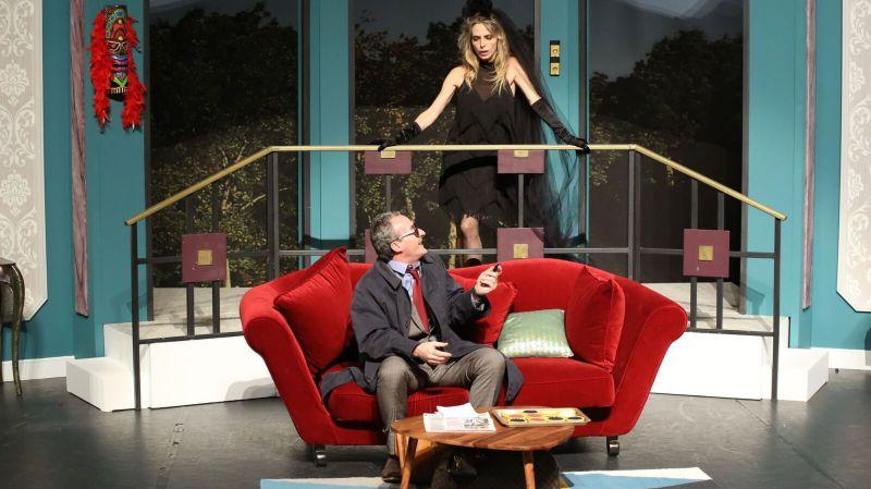 Tonya Kinzinger campe le rôle de Muriel, une diva matérialiste aux côtés notamment de Pascal Sellem.