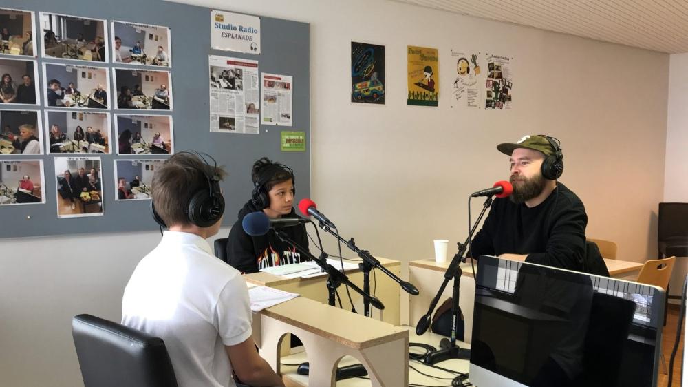 L'humoriste lausannois Yann Marguet a joué le jeu et est venu à Begnins répondre aux jeunes journalistes.