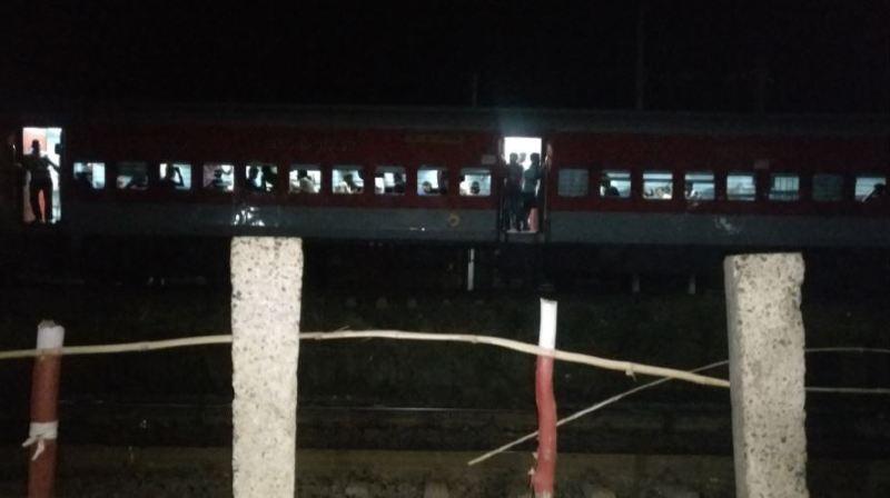 Samedi soir, les wagons, où avaient pris place environ 1000 passagers, ont parcouru 12 kilomètres en arrière avant d'être arrêtés à l'aide de blocs de pierre placés sur les rails.