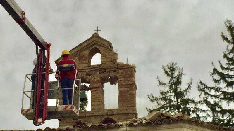 Des clochers ont notamment été fortement abîmés par la secousse.
