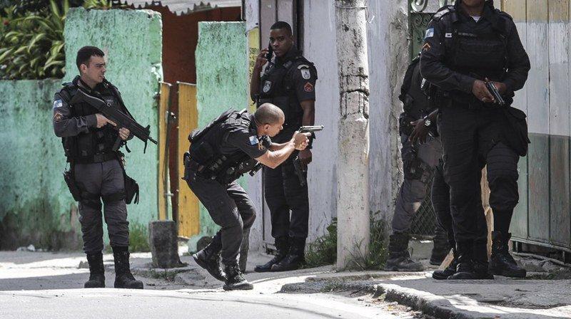 La police affirme avoir riposté aux tirs d'une bande de narcotrafiquants depuis une jeep volée vendredi soir.