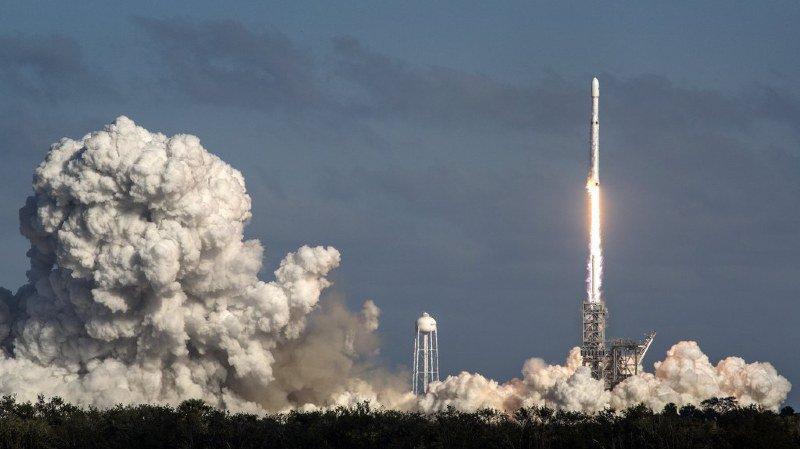 Technologie: Musk songe à des bases sur la Lune ou Mars pour sauver l'humanité
