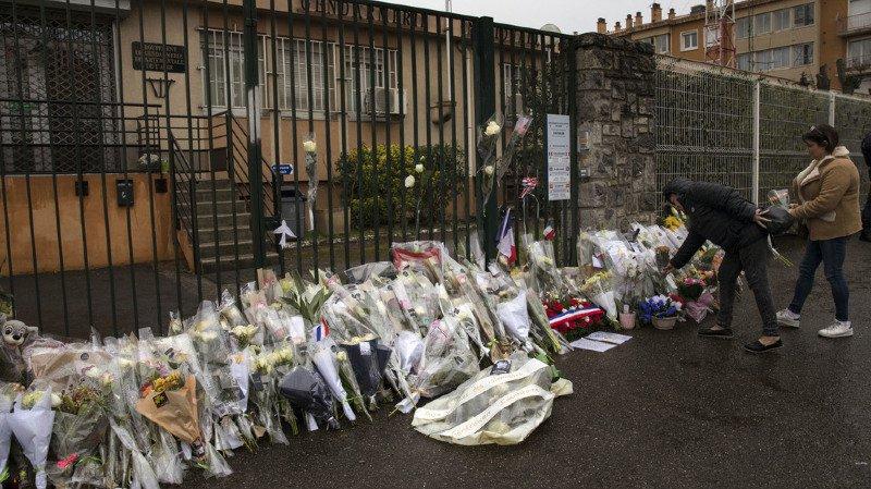 Plusieurs personnes ont déposé des gerbes de fleurs devant le commissariat de police de Carcassonne.